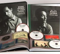 DVD/Blu-ray-Review: Various Artists - WOODY GUTHRIE: The Tribute Concerts (Carnegie Hall 1968 / Hollywood Bowl 1970) – 3-CD-Deluxe-Hardcover-Box im LP-Format mit zwei gebundenen Büchern